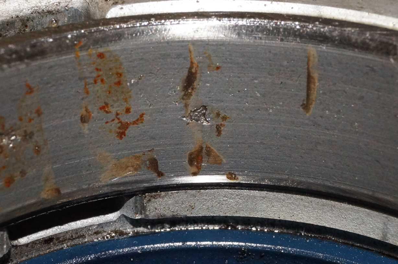 Фото 2. Выкрашивание металла на поверхности качения кольца подшипника в экспертизе